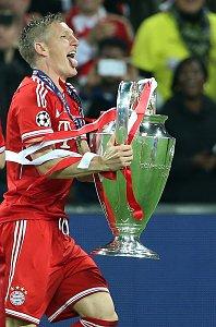 Champions League Finale - Schweinsteiger mit Pokal